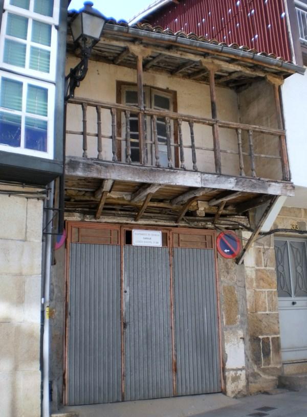 Casa no casco antigo de Celanova, que ten no baixo un garaxe con licencia municipal.