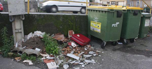 Vertidos incontrolados: Escombros de obra y hasta una maleta junto a los contenedores