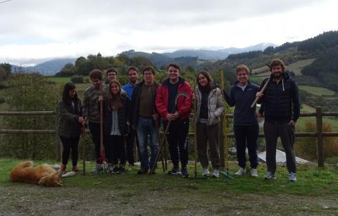 Los jóvenes del PP de A Coruña se interesan por la labor de Castaño y Nogal, la senda, paisajes y riquezas de la ruta del río Donsal